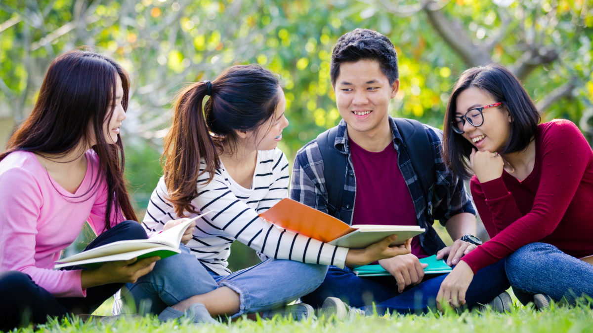 how do international students apply to american universities